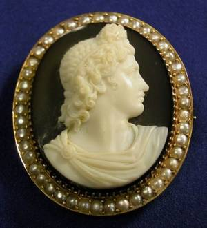 Antique 18kt Gold Agate and Seed Pearl Cameo PendantBrooch