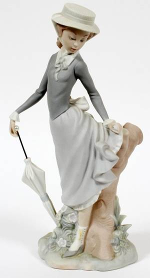 LLADRO BISQUE FIGURE YOUNG LADY IN TROUBLE