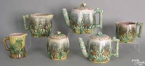 Five pcs of Etruscan Majolica in the shell and seaweed pattern to include 2 pitchers