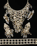 021559 COSTUME JEWELRY CRYSTAL AND GOLD COLORING NECK