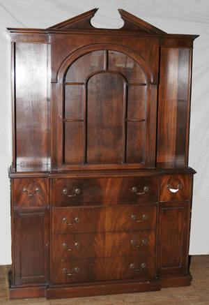 070068 CHIPPENDALE STYLE MAHOGANY CHINA CABINET