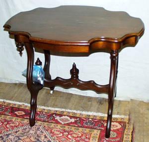 040153 VICTORIAN STYLE MAHOGANY PARLOR TABLE