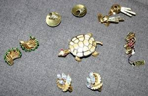 040449 TRIFARI COSTUME EARRINGS  TURTLE PIN
