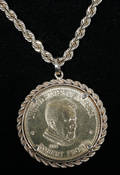 051048 GOLD CHAIN  ROBERT FROST GOLD COIN PENDANT