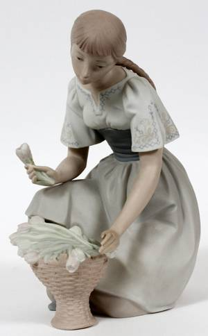 LLADRO BISQUE FIGURE OF A YOUNG WOMAN H 10 12