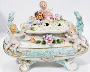 101331 DRESDEN STYLE PORCELAIN FIGURAL COVERED BOX