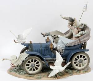 LLADRO PORCELAIN FIGURE GROUP CAR IN TROUBLE 1978