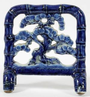 CHINESE PORCELAIN PIERCED TABLE SCREEN