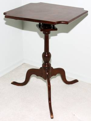 052398 AMERICAN MAHOGANY TILT TOP TABLE 19TH C H 26