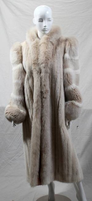 031489 FULLLENGTH WHITE MINK COAT WITH FOX COLLAR