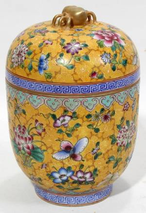 011216 CHINESE FAMILLE ROSE PORCELAIN COVERED JAR