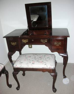 QUEEN ANNE STYLE ETHAN ALLEN DRESSING TABLE