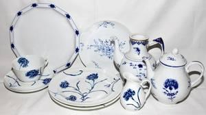 082389 CONTINENTAL BLUE  WHITE PORCELAIN DINNER WARE