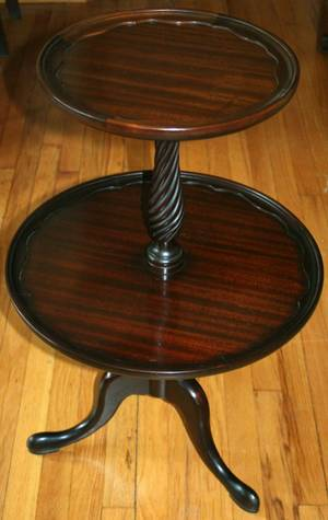 060438 QUEEN ANNE STYLE MAHOGANY TWOTIER TABLE H 31
