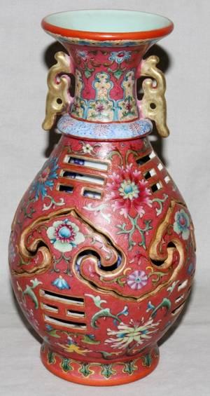 121141 CHINESE FAMILLE ROSE PORCELAIN VASE