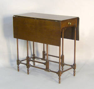 Diminutive English mahogany gateleg table
