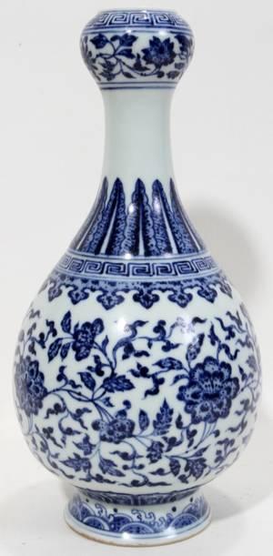 100013 CHINESE BLUE WHITE PORCELAIN GARLIC FORM VASE