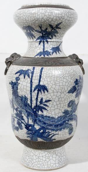 010068 CHINESE BLUEWHITE CRACKLE GLAZE PORCELAIN VASE