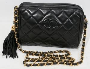 040466 CHANEL BLACK QUILTED LEATHER PURSE