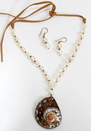 FRESHWATER PEARL NECKLACE AND EARRINGS SET