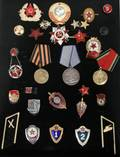 070250 WWII RUSSIAN MILITARY MEDALS AND BADGES 28 PCS