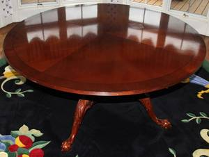 121158 CHIPPENDALE STYLE MAHOGANY ROUND DINING TABLE
