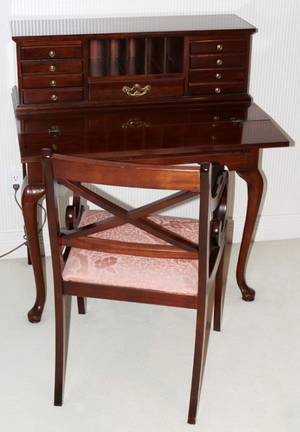 121166 THOMASVILLE MAHOGANY DESK  CHAIR H 39 W 34