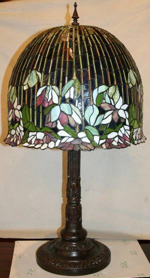 120458 TIFFANY STYLE BRASS  LEADED GLASS LAMP H33