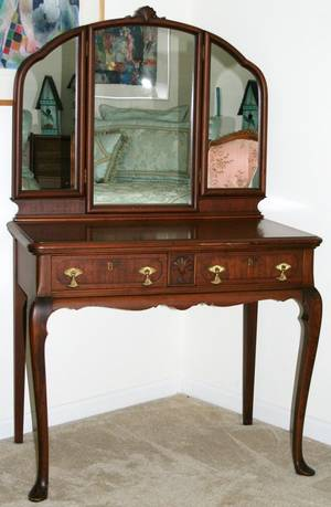 111602 QUEEN ANNE STYLE MAHOGANY DRESSING TABLE