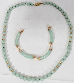 102470 CHINESE APPLE JADE BRACELET W14K GOLD CLASP