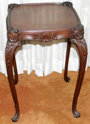 092204 AMERICAN CARVED MAHOGANY OCCASIONAL TABLE