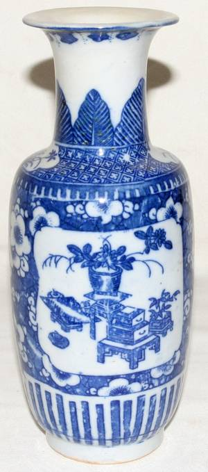 072376 CHINESE BLUE  WHITE PORCELAIN VASE ON STAND