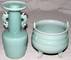 071415 CHINESE PORCELAIN FOOTED PLANTER  VASE H 6