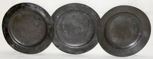 061574 ENGLISH PEWTER PLATES 19TH CENTURY THREE