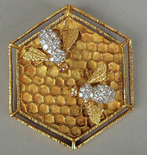 18K yellow gold broochpendant in the form of a honeycomb
