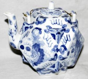 022385 CHINESE BLUE  WHITE PORCELAIN TEA POT