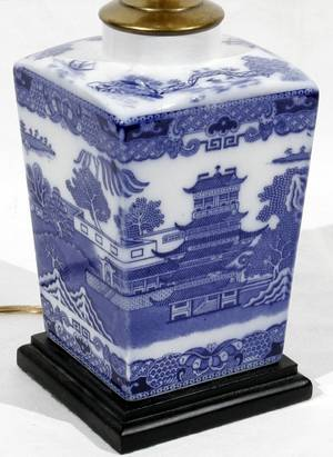 052156 CHINESE BLUEWHITE PORCELAIN JAR AS LAMP