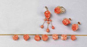 Set of carved coral and yellow gold jewelry
