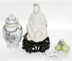 111688 CHINESE EXPORT PORCELAIN TEA CADDY