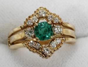 122049 18K GOLD EMERALD 60 CT  DIAMOND RING