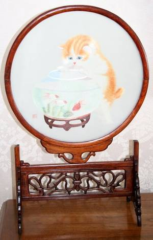 040137 CHINESE CAT MOTIF SILK EMBROIDERY ON STAND