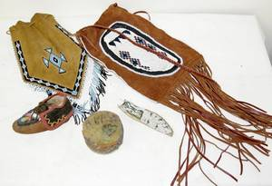 061259 AMERICAN INDIAN BEADWORK  HIDE GROUPING