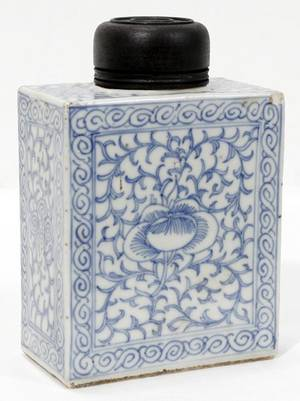 022315 CHINESE BLUE  WHITE PORCELAIN TEA CADDY