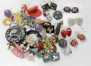 020581 COSTUME JEWELRY GROUPING OF EARRINGS 33 PCS