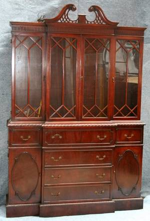 090041 CHIPPENDALE STYLE MAHOGANY CHINA CABINET