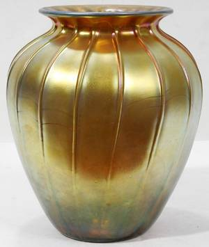 081024 DURAND GOLD IRIDESCENT GLASS VASE H 11