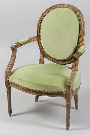 Louis XVI Style Walnut Fauteuil en Cabriolet