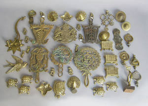 Group of brass to include horse brasses