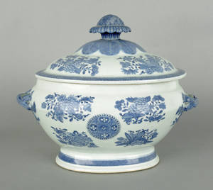 Chinese export porcelain blue Fitzhugh tureen and cover early 19th c