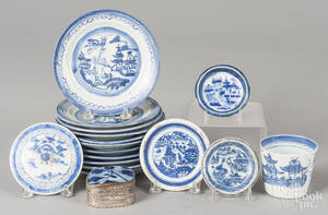 Seventeen pieces of Chinese export blue and white porcelain